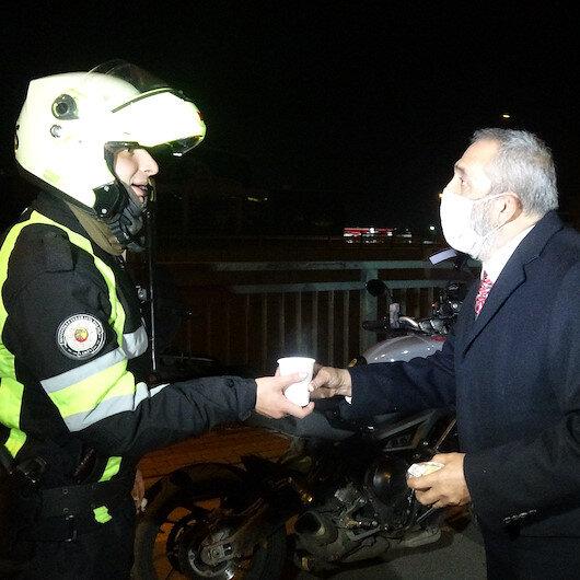 Yavuz Bingöl, kısıtlamada denetim yapan polislere çorba dağıttı