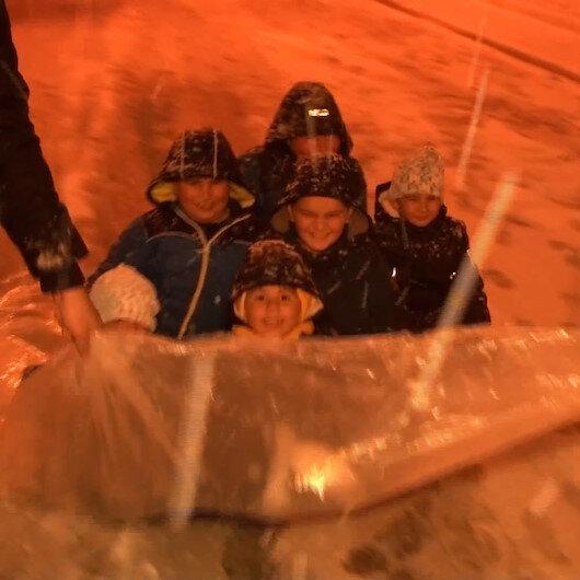 İstanbulda çocuklar karın tadını çıkarırken sürücüler zor anlar yaşadı
