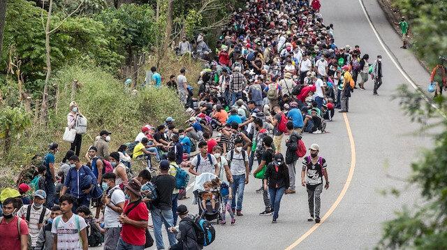 Binlerce Honduraslı göçmen ABD'ye gitmek için yola çıktı