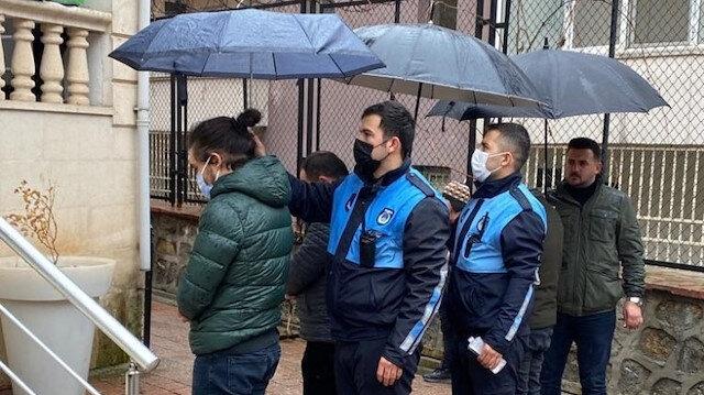 Zabıtalar dışarıda namaz kılanlar ıslanmasın diye şemsiye tuttu