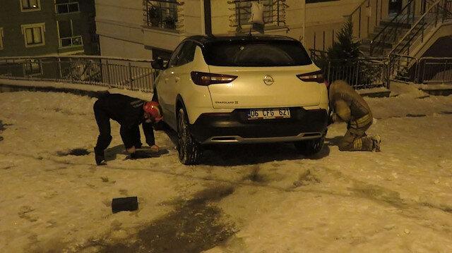 Sancaktepe'de buzlu yolda kayan otomobil binaya çarpmaktan son anda kurtuldu