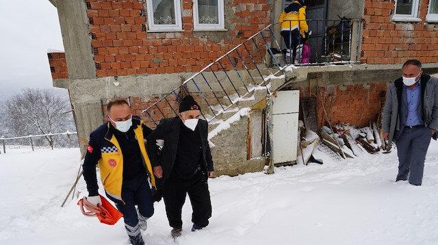 Karla kaplı köyde rahatsızlanan Covid-19 hastası çift 4 saatlik mücadele ile kurtarıldı