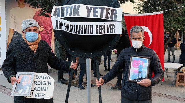 Evlat nöbeti tutan aileler HDP İzmir İl Başkanlığına siyah çelenk bıraktı