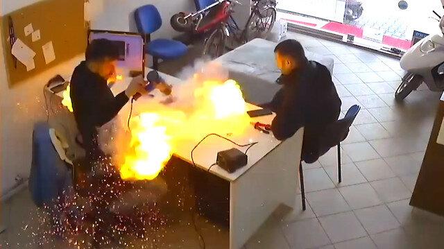 Bursa'da tamircinin elindeki tablet bomba gibi patladı: O anlar kameraya yansıdı