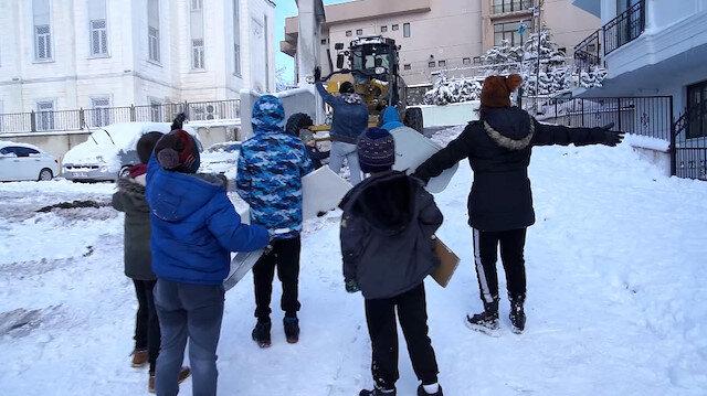 Karın keyfini çıkaran çocuklardan kar küreme ekiplerine engel