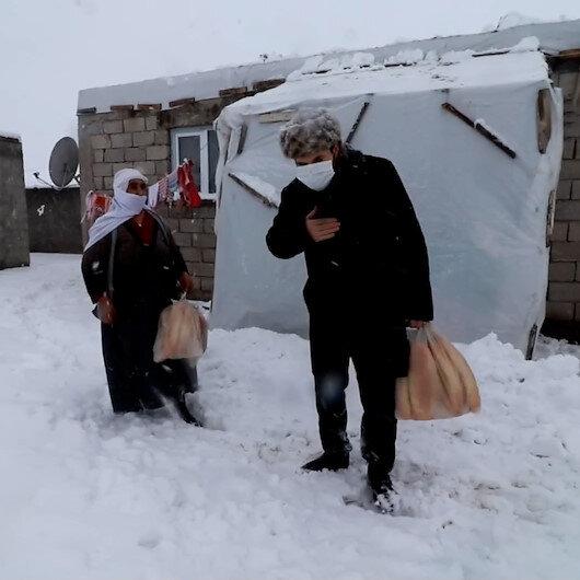 Ağrı Belediye Başkanı Savcı Sayan, kapı kapı dolaşarak vatandaşlara ekmek dağıttı