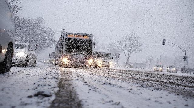 İstanbul'da kar esareti: Yollar beyaza büründü vatandaşlar trafikte kaldı