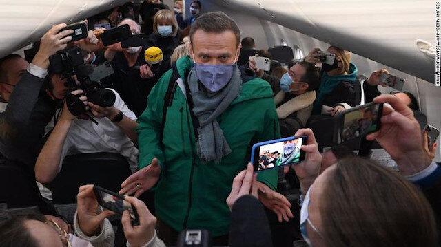 Rus muhalif Navalnıy tedavi dönüşü Moskova Havaalanı'nda gözaltına alındı