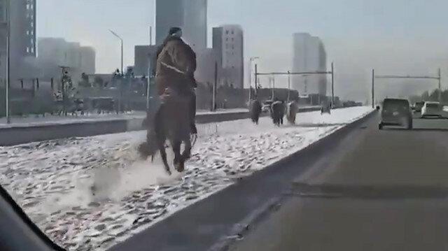 Moğolistan'da iki yolun arasında koşan atlar sürücü kamerasında