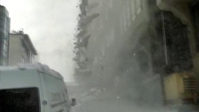 İstanbul'da çatıdan düşen kar kütlesi faciaya neden oluyordu