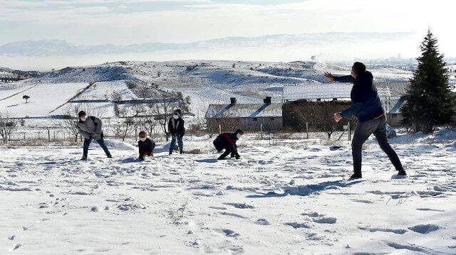Milli Eğitim Bakanı Ziya Selçuk çocuklarla kar topu oynayarak eğlendi