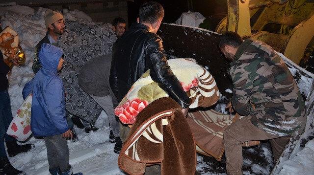 Şırnak'ta yolu kapalı köyde hastalanan kadın, kepçeyle ambulansa taşındı