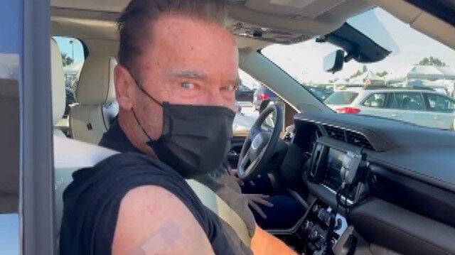 Terminatör'ün yıldızı Arnold Schwarzenegger arabada koronavirüs aşısı oldu