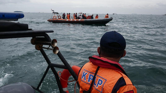 Endonezya'da düşen yolcu uçağı enkazını arama çalışmaları sona erdi: Ceset parçalarının olduğu torba sayısı 324'e ulaştı