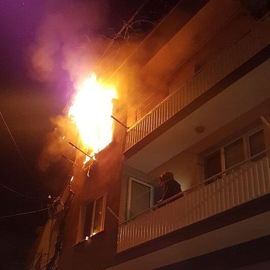 İzmirde 2 katlı binadaki yangını fark eden bekçiler olası faciayı önledi