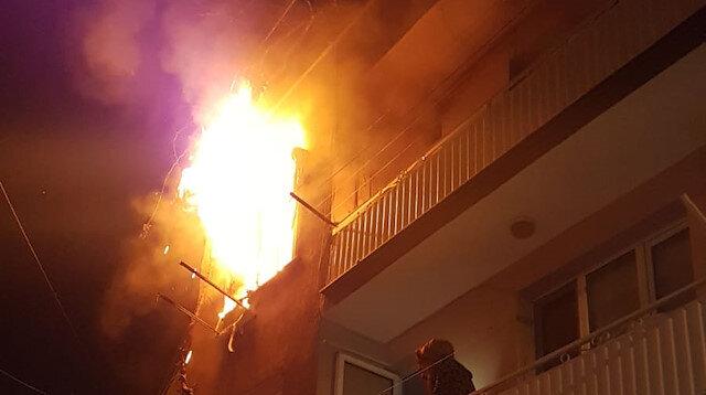 İzmir'de 2 katlı binadaki yangını fark eden bekçiler olası faciayı önledi