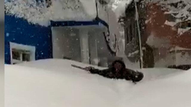 Hakkari'de köy sakinleri insan boyunu aşan kardan dolayı evlerine hapsoldu