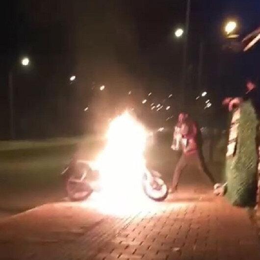 Alev alev yanan motosikletine damacanadaki suyla müdahale etti