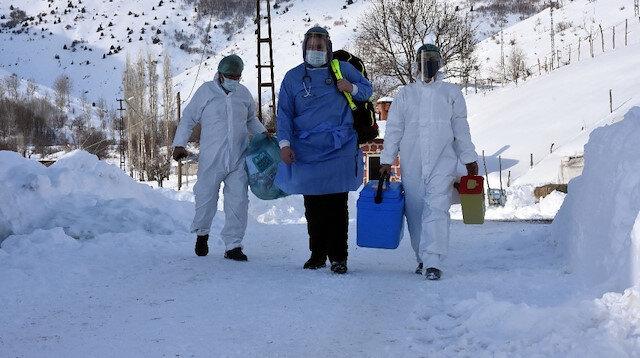 3 metrelik karı aşıp koronavirüs aşısı yaptılar