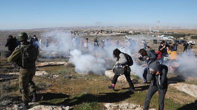 Yahudi yerleşimciler Filistinli göstericilere köpeklerle saldırdı