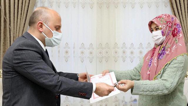 Ağrı Valiliği, yangında eşi ve 2 çocuğu ölen Murat ailesine ev hediye etti