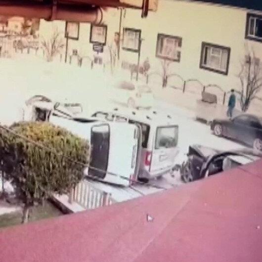 Ehliyetsiz sürücünün park halindeki araçlara çarptığı anlar kamerada