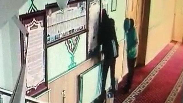Kız arkadaşıyla camiden hırsızlık yapan zanlı güvenlik kamerasında