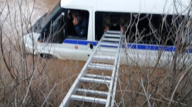 Manisa'da korku dolu anlar: Selde mahsur kalan minibüs içerisindeki 9 kişi merdivenle kurtarıldı