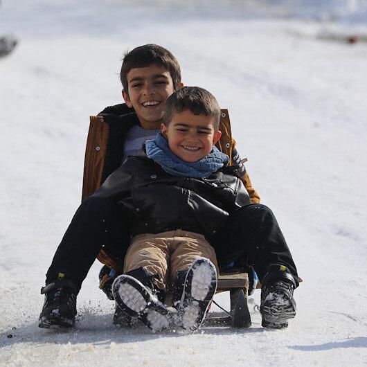 Bingöllü çocukların kayak pistine çevirdiği karlı yolun görüntüsünü The Guardian günün karesi seçti