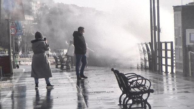 İstanbul'da lodos etkili oluyor: Üsküdar dev dalgalar vatandaşa zor anlar yaşattı