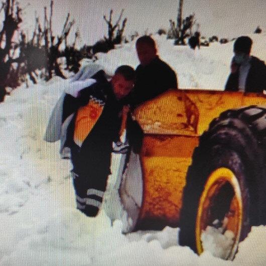 Üzerine sıcak su dökülen çocuk karla kaplı yolda sırtta taşınarak ambulansa ulaştırıldı