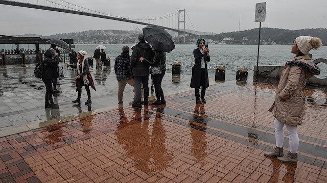 Yağmura aldırış etmediler: Ortaköy'de turist yoğunluğu