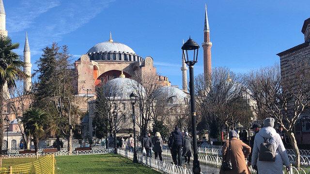 Turistler güzel havanın tadını Sultanahmet Meydanı'nda çıkardı