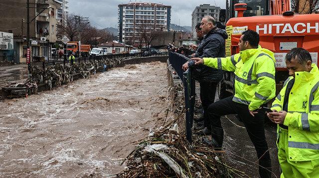 İzmir'de sağanak, sel ve su baskınlarına neden oldu