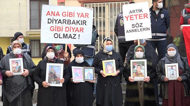 Evlat nöbetindeki aileleri ziyaret eden AK Parti'li Çam: Zafer işareti yapanlar, hezimete uğrayacak