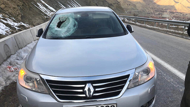 Kaya parçası otomobilin üzerine düştü: Muhtar canını zor kurtardı