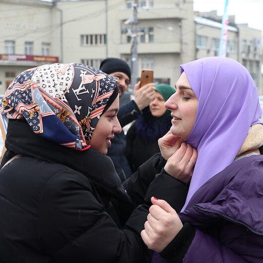 Ukraynada sıra dışı etkinlik: İlk kez başörtüsü denediler