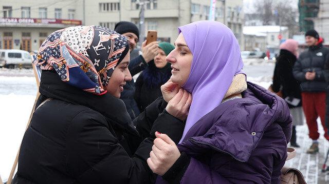 Ukrayna'da sıra dışı etkinlik: İlk kez başörtüsü denediler