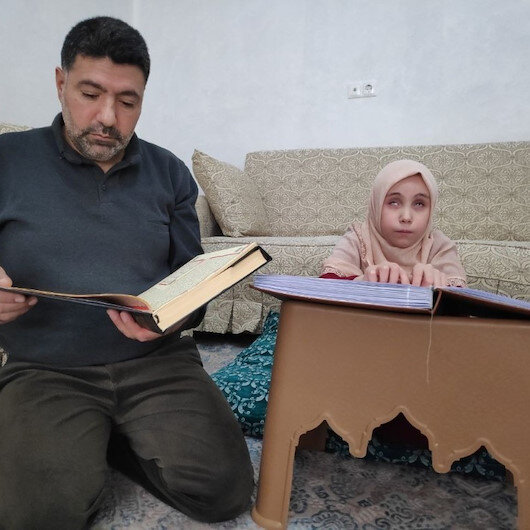 Uzaktan eğitimle Kuran okumayı öğrenen görme engelli Esmanur şimdi de hafız olmayı istiyor