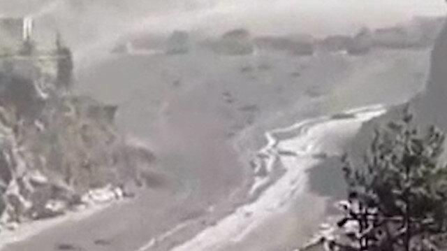Hindistan'da dehşet anları: Taşan nehir önüne geleni sildi süpürdü