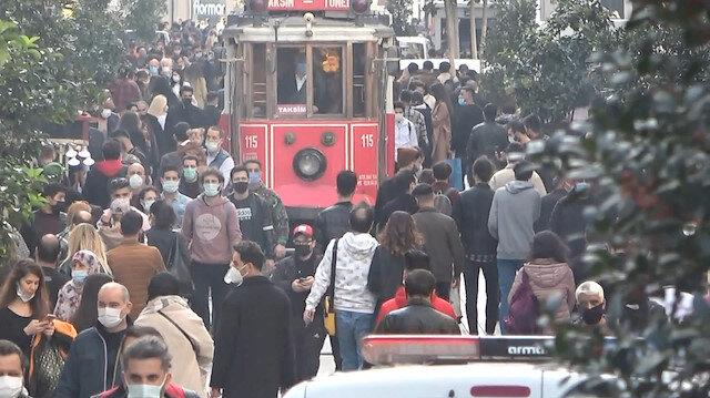 İstiklal Caddesi tıklım tıklım: Ne maske var ne mesafe
