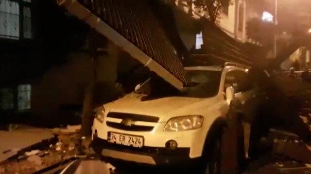 İstanbul'da fırtına çatıları uçurdu: Binanın uçan çatısı park halindeki araca saplandı