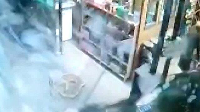 Bursa'da otomobilini park etmeye çalışan sürücünün kafeye girdiği anlar kamerada