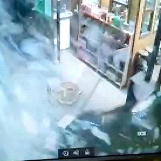 Bursada otomobilini park etmeye çalışan sürücünün kafeye girdiği anlar kamerada