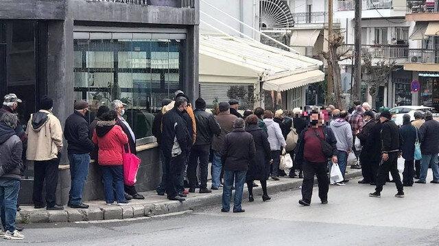 Yunanistan'da ekonomik kriz derinleşiyor: Bedava yemek için metrelerce kuyrukta bekliyorlar