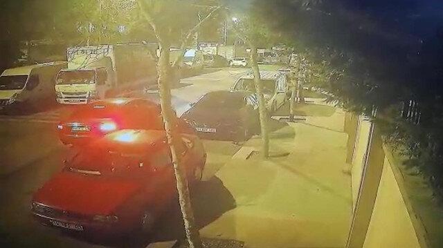 Esenler'de lüks aracın 20 bin liralık farlarını saniyeler içinde çalan hırsızlar kamerada
