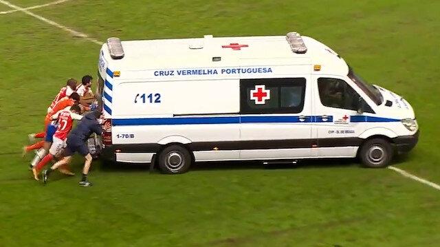 Saha içinde arızalanan ambulansı futbolcular iterek çıkardı