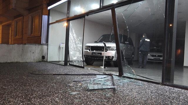 500 bin TL'lik lüks otomobili kırdıkları cam vitrinden çıkarıp çaldılar