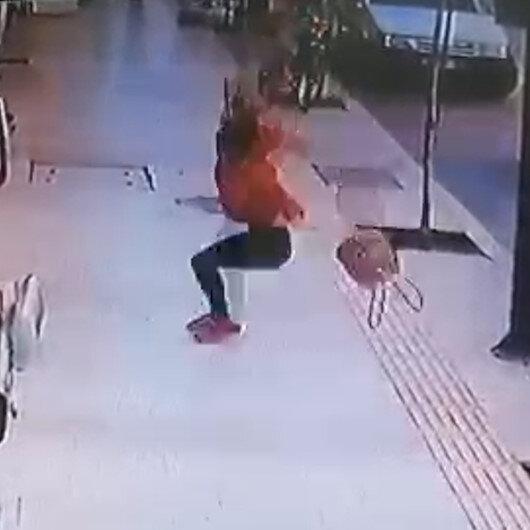 Antalyada genç kadın balkondan düştü: Kaldırımda yürüyen kişi saniyelerle kurtuldu