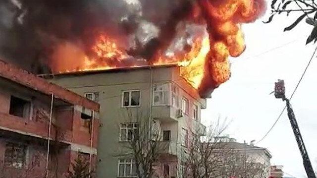 Ümraniye'de binanın çatısında çıkan yangın paniğe neden oldu